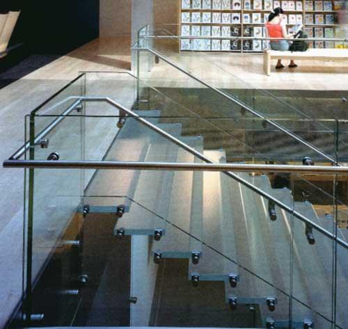 Ngôi nhà trở nên độc đáo bởi những mẫu cầu thang kính ấn tượng