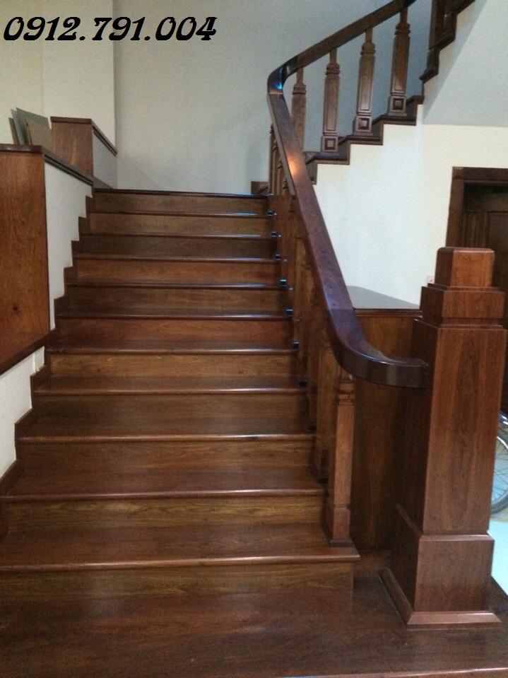 Cầu thang gỗ trụ vuông đẹp