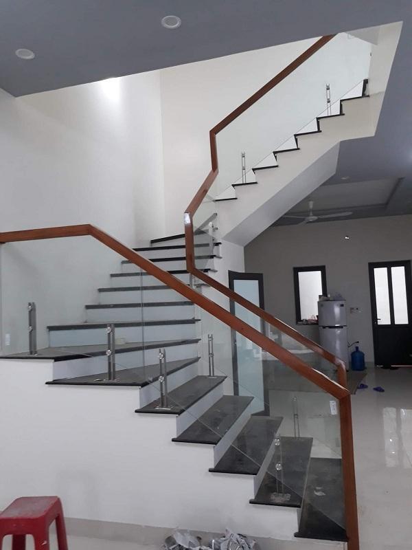 Cầu thang kính  đẹp hiện đại