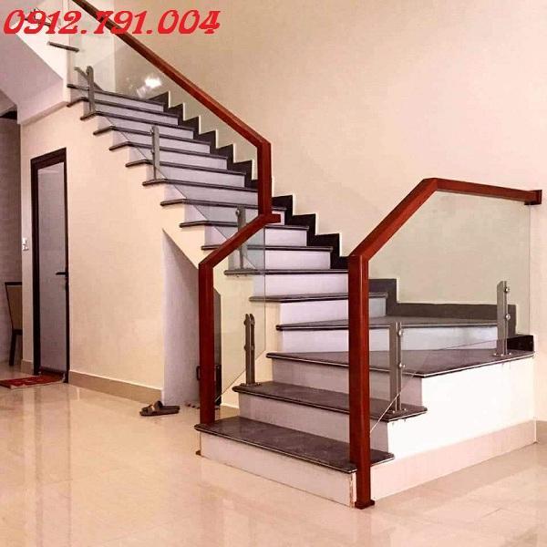 Cầu thang kính - nét đẹp cho ngôi nhà hiện đại.