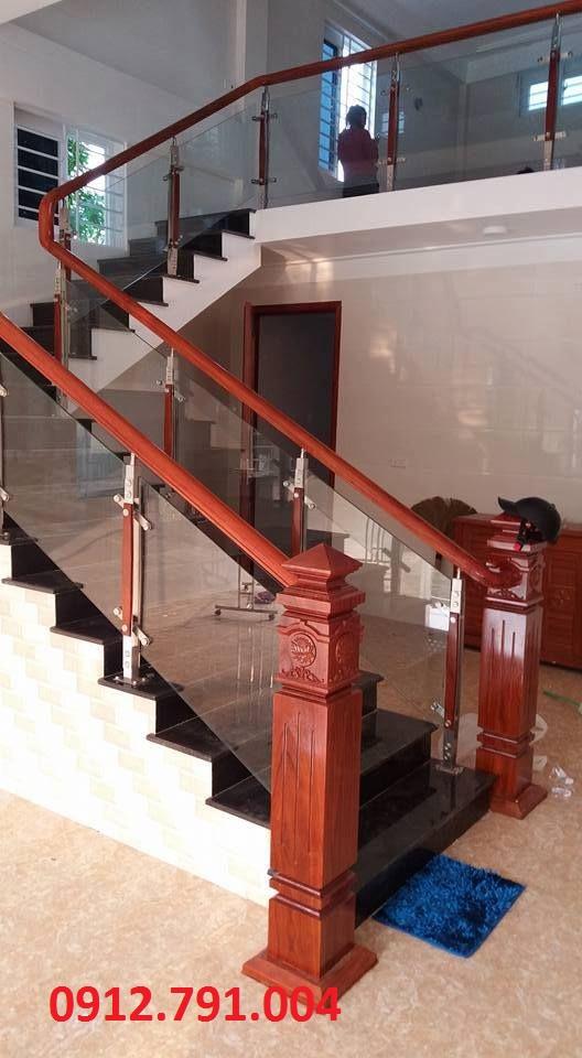 Cầu thang kính tay vịn gỗ đã thực hiện ở Thanh Xuân