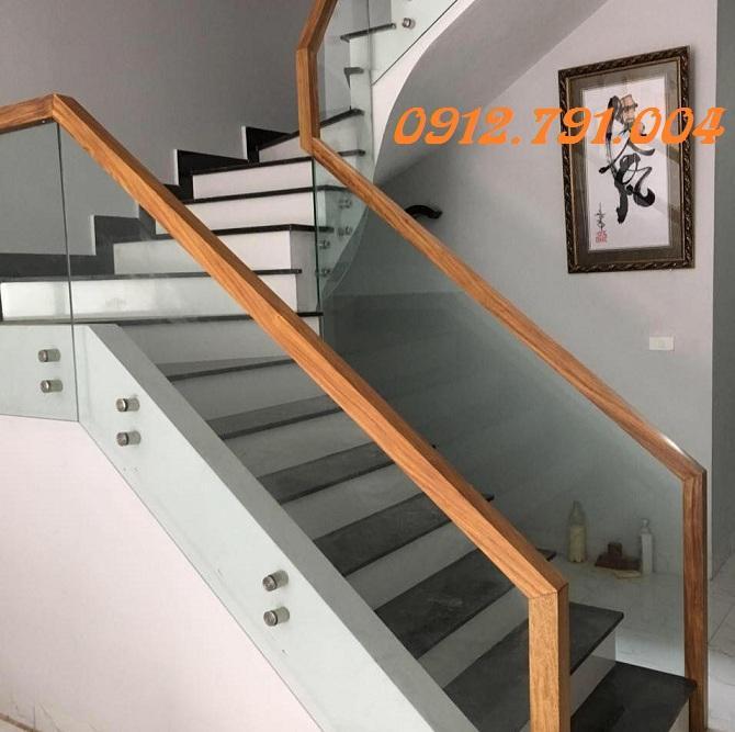 Cầu thang kính tay vịn gỗ Hà Nội đẹp