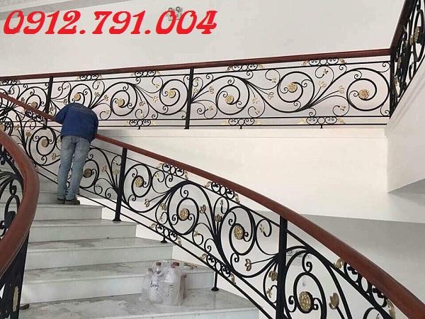Cầu thang sắt nghệ thuật cho ngôi nhà đẹp