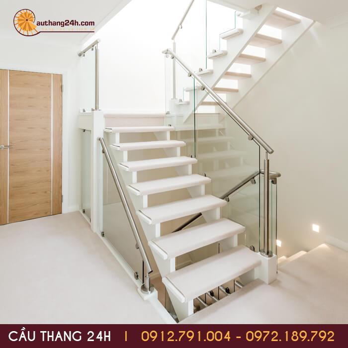 Lắp đặt cầu thang kính giúp không gian bên trong được nới mở rộng hơn